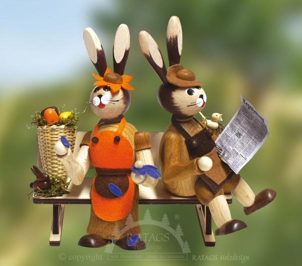 Hasenpaar auf Bank mit Eierkorb, Ostern, echt Erzgebirge