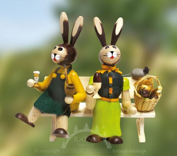 Hasenpaar auf Bank mit Picknickkorb, Ostern, echt Erzgebirge